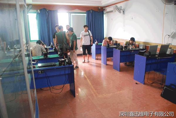 学员在苹果手机维修培训教室学习