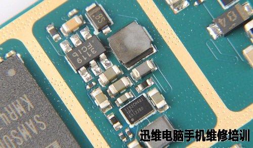 蓝魔Mos1全金属一体机身,整体以简单为主,其扬声器设计在机身背部,平放会对声音扩散造成影响,并且SIM卡卡槽支持比较单一,不支持TF卡扩容,官方可以考虑升级为多功能SIM卡卡槽。而吸引眼球的像素方面在蓝魔Mos1智能手机上是一个比较遗憾的存在,因为蓝魔目前默认的拍照软件对摄像头的开发还远远不够,暂时仅支持自动模式,在夜间拍摄噪点略明显,对焦速度变慢。而蓝魔Mos1的内在品质如何,只有拆了才知道。