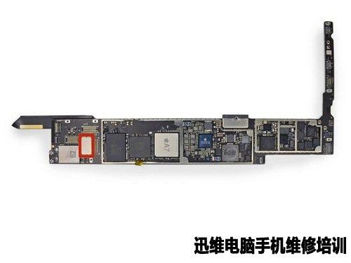 主板另一边的芯片特写,从左到右从上到下依次为:高通PM8018 PMIC电源管理芯片、高通公司M9615M LTE处理器,1GB(128MB)的DRAM、227 LG天线开关/过滤器模块(目前断定)、高通公司WTR1605L LTE/HSPA+/CDMA/EDGE/GPS收发器、两个Avago Technologies、A79系列的LTE射频功放/双工器模块其中之一、TriQuint TQF6514射频功率放大器模块、三个Skyworks的SKY77系列LTE射频功放/双工器模块、两个Avago Te