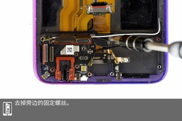 OPPO R17采用了6.4英寸1080P分辨率的水滴屏,搭载高通骁龙670处理器(10nm)6/8GB运存与128GB UFS2.1闪存,网络方面则支持双卡双待4G全网通,OPPO R17标配一块3500毫安时的电池,支持OPPO VOOC闪充技术,想必大家一定想了解一下这款机器的内部做工如何?接下来我们通过对OPPO R17拆解来一探究竟吧。